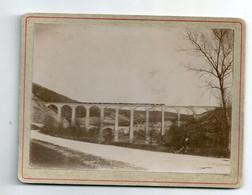 Ancienne Photo Sur Carton Train à Vapeur Passant Sur Le Viaduc De Cize Belozon (Ain) Personnage Assis Au Premier Plan - Luoghi