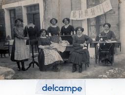 CARTE - PHOTO -  Atelier De Couture -  Couturières Avec Une Machine à Coudre Et Un Mannequin  ( PARIS ???) - Non Classificati