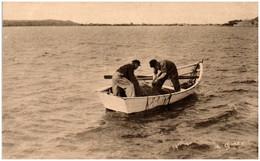 50 SAINT-VAAST-la-HOUGUE, MORSALINES - Pêcheurs Relevant Leur Filets Au Dernier Plan, Fort De La Hougue - Saint Vaast La Hougue