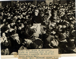 Photo Presse HIPPISME ROYAL MAIL  Gagne Le National  La Foule Entoure ROYAL MAIL  RV 21 Mars 1937 - Deportes