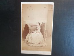 Belle Ancienne Cdv Vers 1880.portrait D Une Femme Distinguée. Photographe  JAMES ROSS. EDINBURGH ÉCOSSE - Oud (voor 1900)