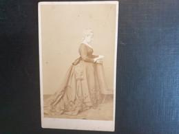 Belle Ancienne Cdv Vers 1880.portrait D Une Femme Distinguée. Photographe TR. WILLIAMS & W. MAYLAND. LONDRES - Alte (vor 1900)