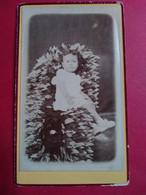 Photo CDV Enfant - Étonnant Cliché Que Cette Petite Fille étendue Sur Une Gerbe De Fleurs En Tissus.... Dos Muet Tbe - Ancianas (antes De 1900)