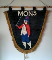 Etendard / Banière Mons (des Années 50) / Laetare ?(carnaval ?) En Soie Noire Avec Person Masqué Peint Main Superbe - Fasching & Karneval