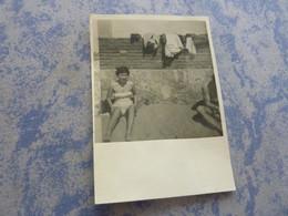 Photo Originale JEUNE FEMME EN MAILLOT DE BAIN PIN-UP A LA PLAGE A COTE LA MOITIE D'UN HOMME  ANNEE CIRCA 50 - Pin-ups