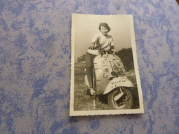 Photo Originale JEUNE FEMME ASSISE SUR UNE MOTO MOBYLETTE MOTOCYCLE VESPA? ANNEE CIRCA 50 - Automobili