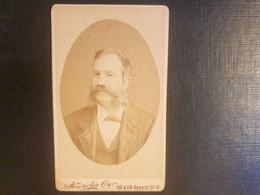 Belle Ancienne Cdv Vers 1880.portrait D Un Homme élégant. PHOTOGRAPHERS TO THE ROYAL FAMILY. LONDON STEREOSCOPIC - Alte (vor 1900)