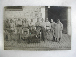 CARTE PHOTO - Militaria - Groupe De Militaires En Uniforme (12 Au Col) - Personajes