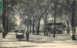 CHER  SAINT AMAND MONTROND   Place De La République - Saint-Amand-Montrond