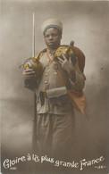 CPA Militaria Gloire à La Plus Grande France Soldat Africain Médaille Fusil Casque à Pointe Baïonnette Tirailleur - Heimat