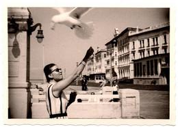 Insolite Photo Originale Chic Pin-Up Pour Jeu D'apprivoisement De Mouette à Köblers Strand Vers 1960 - Pin-ups