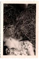Insolite Photo Originale Genou De Photographe Pour Portrait Volé De Jeune Femme Allongée Dans L' Herbe Vers 1940/50 - Pin-ups
