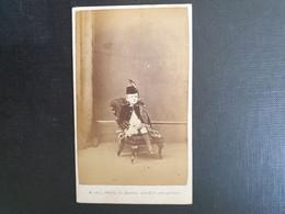 Belle Ancienne Cdv Vers 1880.portrait D Un Jeune Garçon  Photographe HALL. BRIGHTON - Oud (voor 1900)