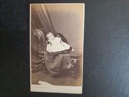 Belle Ancienne Cdv Vers 1880.portrait D Un Bébé.  PHOTOGRAPHE HELSBY. LIVERPOOL - Oud (voor 1900)