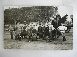 CARTE PHOTO - Militaria - Groupe De Militaires En Uniforme Et Pièce D'artillerie - Personajes