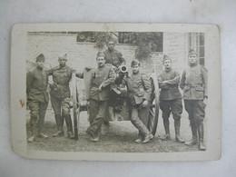 CARTE PHOTO - Militaria - Groupe De Militaires En Uniforme Et Pièce D'artillerie (3 Au Col) - Personajes