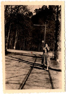 Photo Originale Femme Incognito Se Cachant Le Visage, Marchant Sur Des Rails De Tramway Vers 1940 - Pin-ups