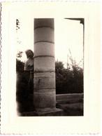 Photo Originale Jeu De Cache-Cache Pour Jolie Pin-Up Cachée Derrière Une Colonne Vers 1940/50 - Pin-ups