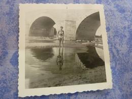 PHOTO ORIGINALE  FEMME PIN-UP EN MAILLOT DE BAIN  SOUS UN PONT ANNEE CIRCA 60-70 - Pin-ups