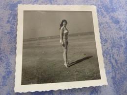 PHOTO ORIGINALE  FEMME PIN-UP EN MAILLOT DE BAIN  A LA PLAGE  ANNEE CIRCA 60-70 - Pin-ups