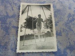 PHOTO ORIGINALE  FEMME PIN-UP  EN MAILLOT DE BAIN DEVANT UN BALANCOIRE ANNEE CIRCA 60-70 - Pin-ups