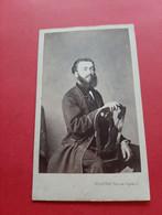 PHOTO FORMAT C. D . V . DELINTRAZ . PARIS / PHOTO NOMMEE / Mr ALZIR BERNARD / HOMME A CHEVAL SUR UNE CHAISE / DOS SCANNE - Oud (voor 1900)