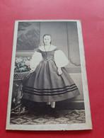 PHOTO FORMAT C. D . V .  GERSCHEL FRERES . STRASBOURG /  LUIA DIEHL / JEUNE FILLE DEBOUT EN ROBE / DOS SCANNE - Oud (voor 1900)