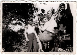 Photo Originale Fête & Pin-Up Sur Balançoire De Fortune En Bulgarie Et V De Victoire Pour Soldats Vers 1940 - Pin-ups