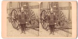 Stereo-Fotografie Unbekannter Fotograf, Englischer Feuerwehrmann Mit Raupenhelm Vor Leiterwagen - Professions