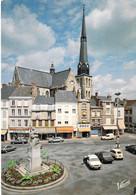 45 - Pithiviers - La Place Du Martroi Et L'église Saint Salomon Et Saint Grégoire (XVIe Siècle) Avec Sa Flèche Du XIXe - Pithiviers
