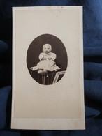 Photo CDV  Anonyme  Bébé Assis Portant Un Bonnet  Sec. Empire  CA 1865 - L503J - Oud (voor 1900)