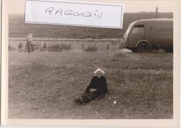 PHOTO - 56 - PORT-LOUIS - Vieille Bretonne Avec Coiffe Traditionnelle Se Reposant Assise Dans Un Champ Dev Camion CITROE - Orte