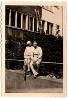 Photo Originale Portrait De Peintres En Bâtiments Posant Devant Leur Ouvrage : Une Façade D'Immeuble Vers 1930/40 - Professions
