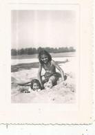Photographie , PETITES FILLES , MAILLOTS DE BAIN , PLAGE , 1948 , 110 X 80 Mm - Non Classificati