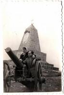 Photo Originale Jeune Couple Posant Sur Un Canon Au Pied D'un Monument Aux Morts à Identifier 1950/60 - Plaatsen