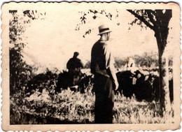 Photo Originale Léger Flou & Son éclairage Particulier Sur Fermiers à La Fabrication Ou Réparation De Muret 1930/40 - Professions