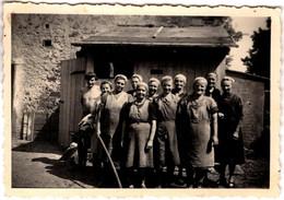Photo Originale Monde Paysan & Ouvrières Paysannes, Fermières Aux Foulards Posant Devant Cabane De Bois Löbau 1942 - Professions