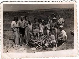 Photo Originale Monde Paysan & Ouvrières Paysannes, Fermières Aux Pelles & Foulards & Homme Chef Au Centre Vers 1940 - Professions