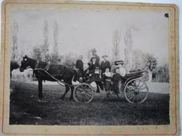 CALÈCHE - Famille En Sortie - Photographie Ancienne Cartonnée - Hippomobile - BE - Ancianas (antes De 1900)