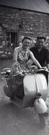 Photographies Privées Deux Négatifs Scooter Vespa Années 1960 - Automobile