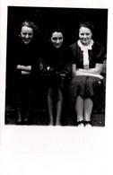 Carte Photo Originale Les 3 Soeurs, Bras Croisés Sur Les Genoux - Sagesse En Apparence Vers 1940/50 - Pin-up