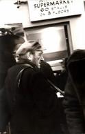 Carte Photo Originale Portrait D'un Vieux Perdu Avec Sa Caisse Dans Un Supermarché De 60 Stands Sur 3 étage Vers 1970 - Mestieri