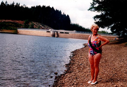 Photo Couleur Originale Grand-Mère Pin-Up En Maillot De Bain Au Pied D'un Barrage Hydrolique à Identifier 1996 - Pin-up