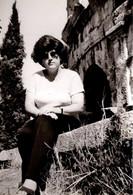 Photo Originale Portrait De Jeune Femme & Lunettes De Soleil En 1980 En Vue Contre-Plongée - Pin-up