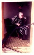 Photo Couleur Originale Portrait De Grand-Mère Triste Sur Son Fauteuil En 1971 - Pin-up