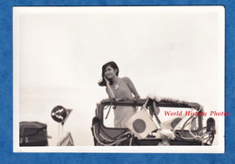 Photo Ancienne Snapshot - JAPON - Beau Portrait Jeune Femme Japonaise Dans Une Auto - Fille Timide Asian Asia Robe Mode - Pin-up