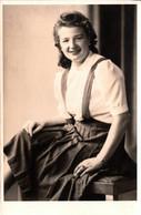 Carte Photo Originale Portrait De Jolie Jeune Femme Vers 1940 - Pin-up