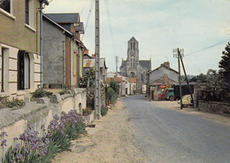 SAINT-ETIENNE-du-BOIS (Vendée): Rue De Nantes Et Le Clocher - Altri Comuni
