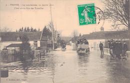 10 - TROYES / LES INONDATIONS - 22 JANVIER 1910 - L'EAU ARRIVE RUE DES TAUXELLES - Troyes