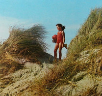 Côte Belge Fillette En Maillot De Bain Dans Les Dunes AVM Oostende Belgian Coast Girl In A Swimsuit In The Dunes - Scènes & Paysages